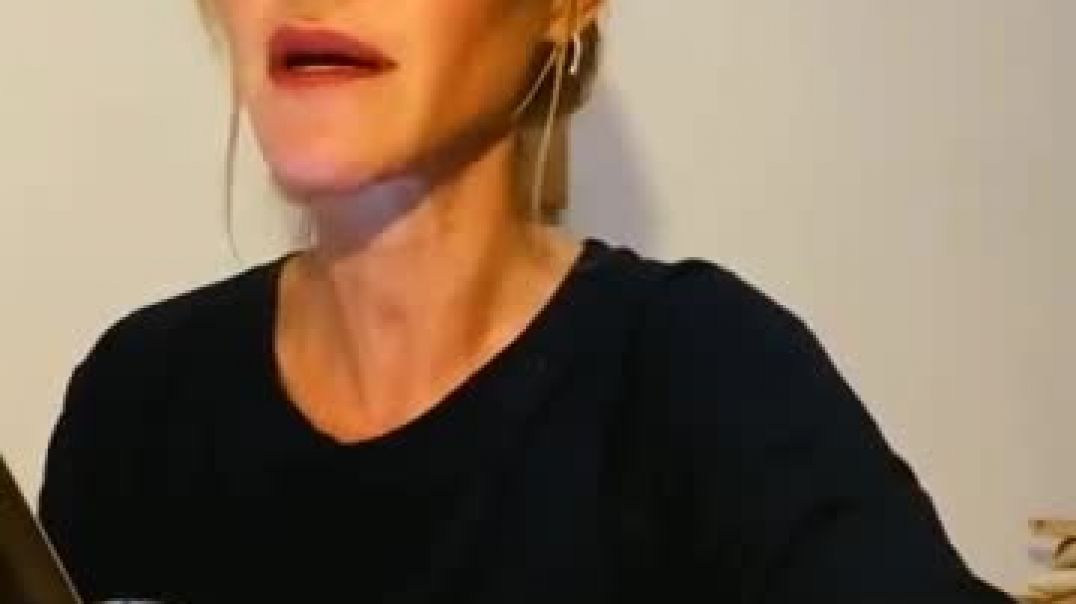 La actriz María Estevez leyendo un fragmento del Libro Rojo de C.G. Jung