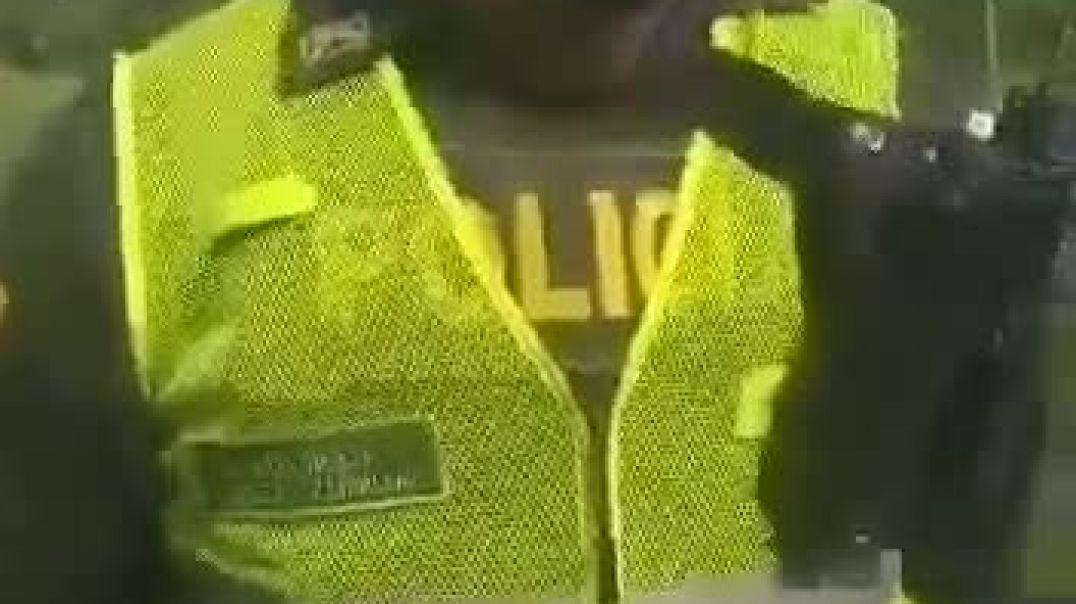Un Ser Humano policía defendiendo los Derecho Humanos.