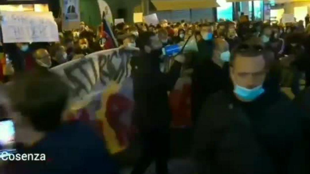 Los italianos salen a la calle por 13th día consecutivo