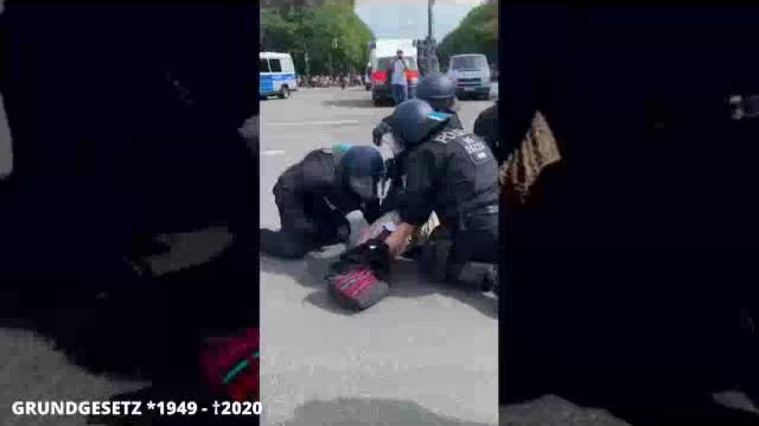 ALEMANIA 2020 POLICIAS ATACAN