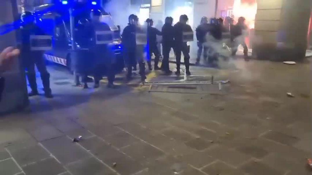 Barcelona planta cara a los Mossos a grito de Libertad