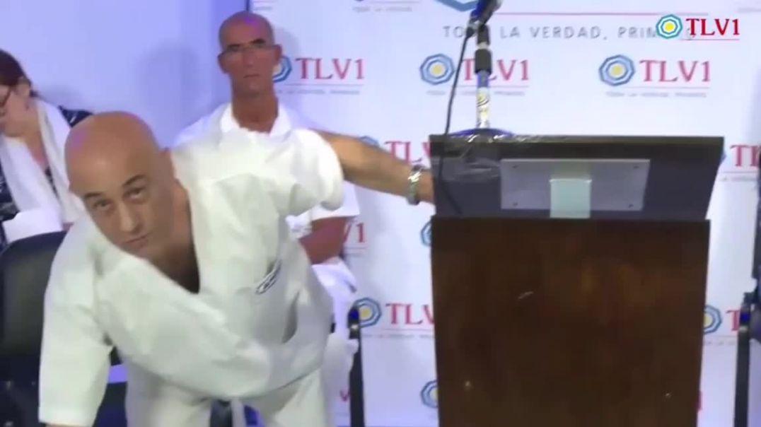 UN MÉDICO ARGENTINO, DELANTE DE LAS CÁMARAS DE UNA TELEVISIÓN ARGENTINA Y RODEADO DE OTROS MÉDIC